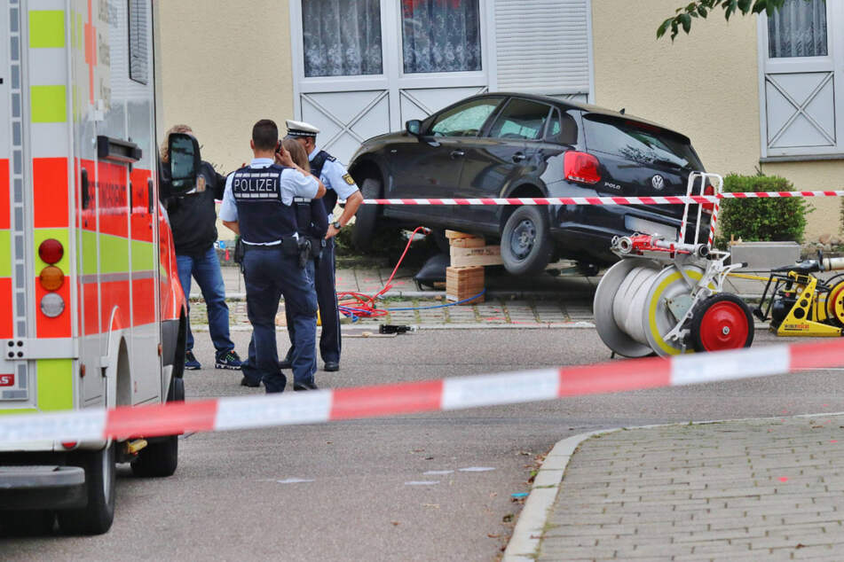 Die Feuerwehr musste die unter dem Auto eingeklemmte Frau befreien.