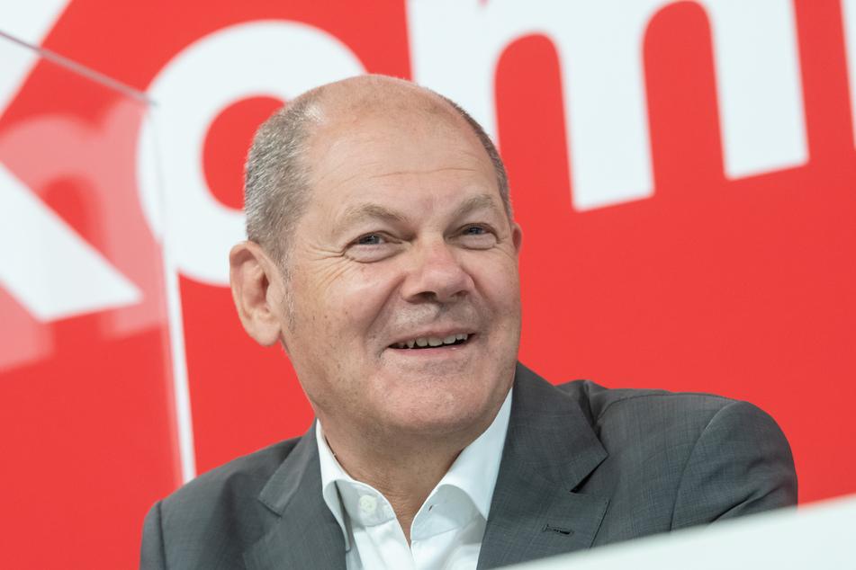 """Olaf Scholz, Bundesfinanzminister und Kanzlerkandidat der SPD, sitzt bei der Veranstaltung """"Für Kommunen mit Zukunft"""" auf dem Podium."""