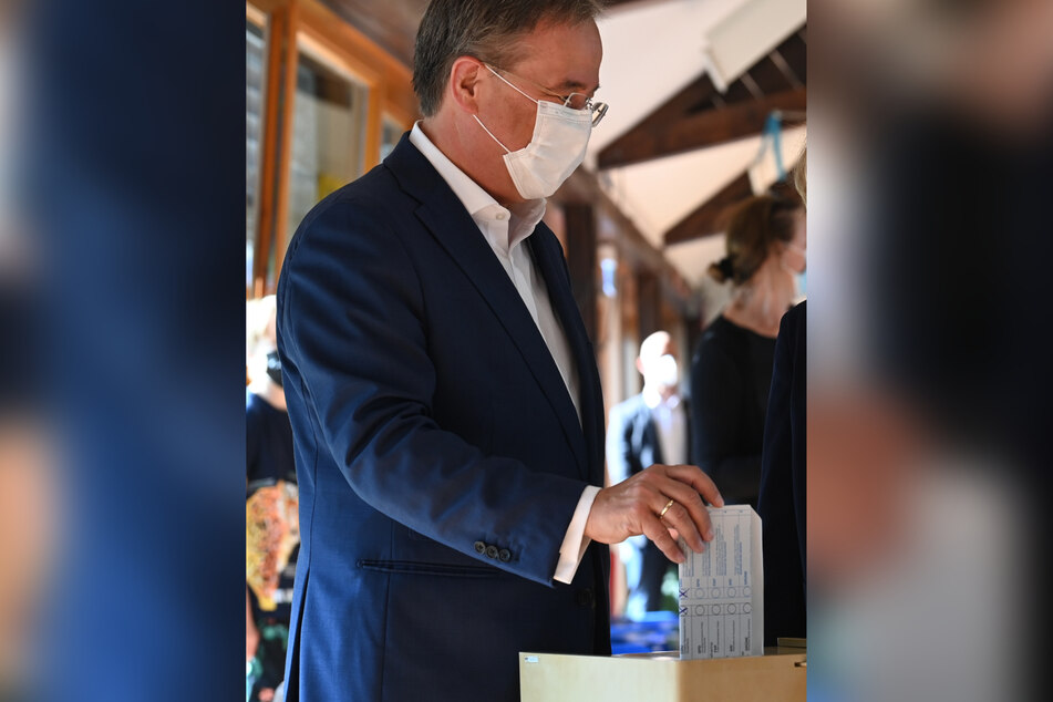 Armin Laschet (60) bei der Stimmabgabe zur Bundestagswahl. Seinen Zettel hatte er nicht nach innen gefaltet, sodass man nur die blanke Rückseite sehen kann, sondern nach außen.
