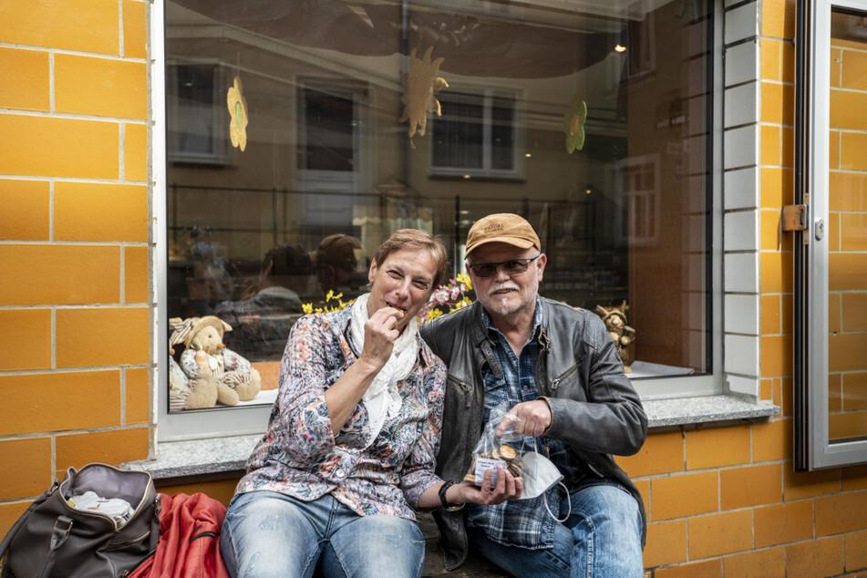 Eis und Kekse genossen Eva (63) und Andreas Hofmann (66) vor dem Panoramacafé. Ihr (negativer) Corona-Test aus Schneeberg wurde in Augustusburg aber nicht anerkannt.