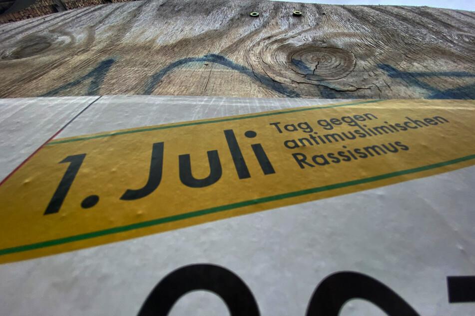 """Ein Plakat erinnert an den """"Tag gegen antimuslimischen Rassismus""""."""