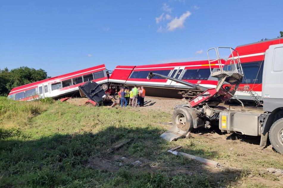 Der Unfallort nach einem Zusammenstoß zwischen einem Lastwagen und einem Zug an einem unbeschrankten Bahnübergang.