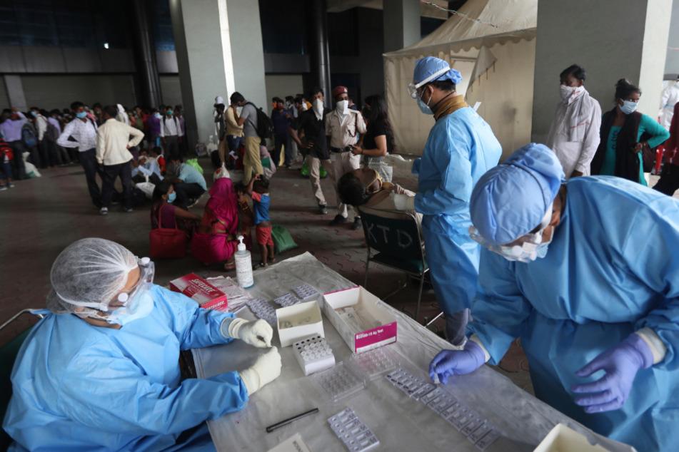Gesundheitspersonal führt einen COVID-19-Antikörpertest für Wanderarbeiter durch.
