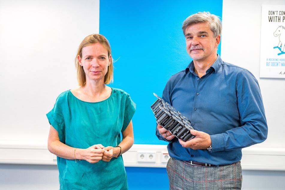 Die EU-Abgeordnete Anna Cavazzini (38, Grüne) mit Skeleton-Werksleiter Carsten Braumeister (59).
