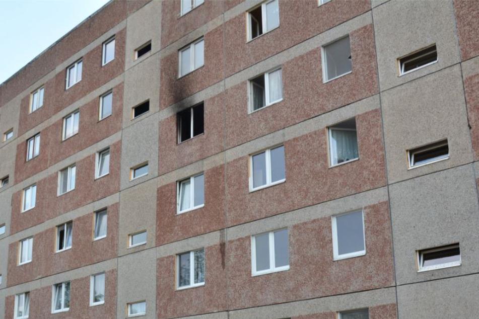 Die Feuerwehr kam bei einem Brand im vierten Stock eines Mehrfamilienhauses in Sachsen-Anhalt zum Einsatz.