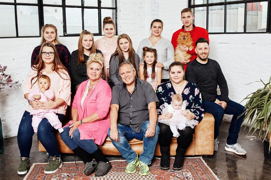Silvia Wollny (56, vorn 2.v.l.) muss als Oberhaupt einer Großfamilie viele hungrige Mägen füllen.