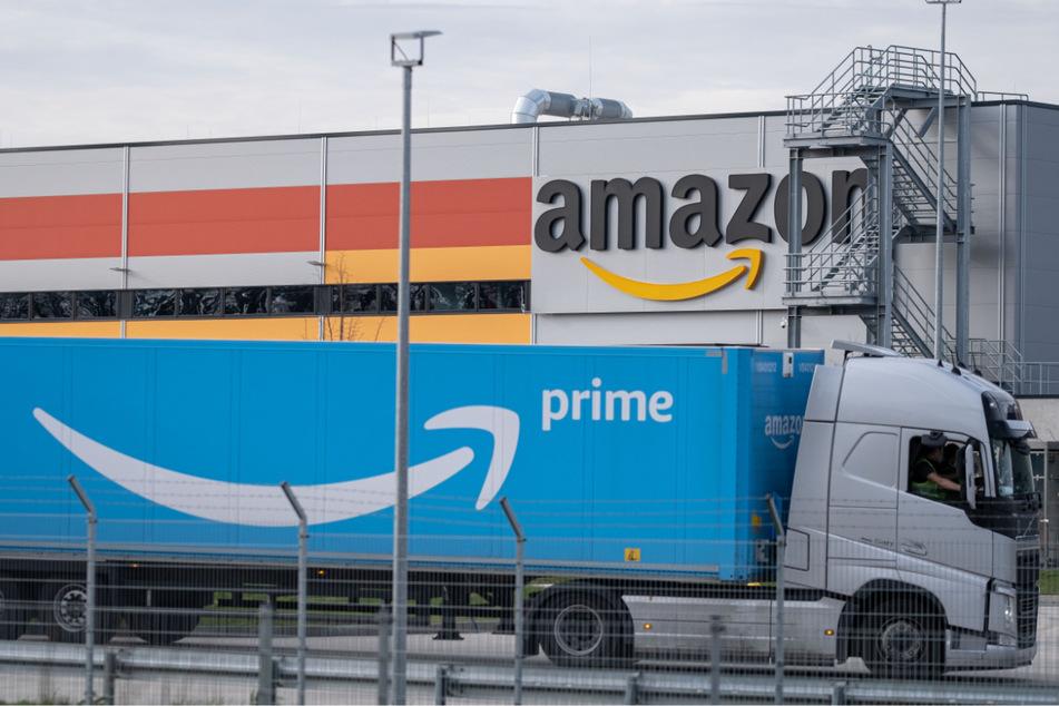 Ein LKW steht auf dem Gelände vom Amazon-Sortierzentrum in Garbsen.