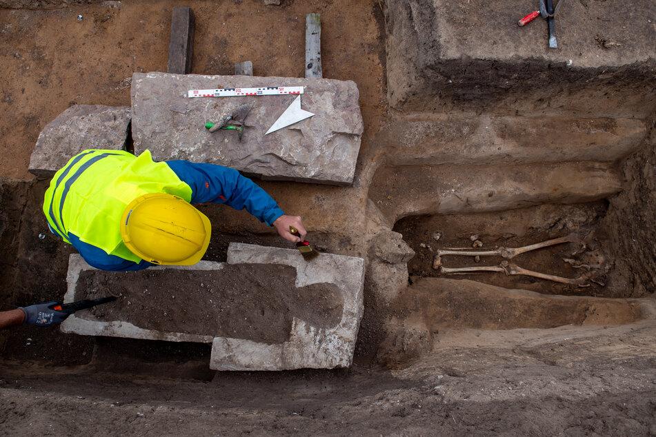Archäologen haben ein rund 1000 Jahre altes Kindergrab auf dem Gelände der einstigen Königspfalz Helfta entdeckt.