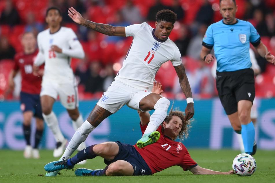 Spielszene vom vergangenen Dienstag: Englands Marcus Rashford (23, l.) im Duell mit Alex Kral (23) aus Tschechien.