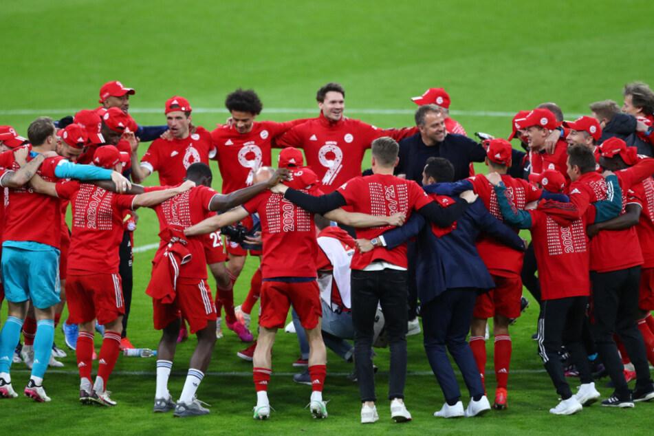 Münchens Spieler feiern nach dem Sieg gegen Gladbach die Deutsche Meisterschaft.