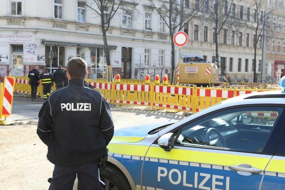 Polizisten inspizieren den Tatort auf der Bornaischen Straße.