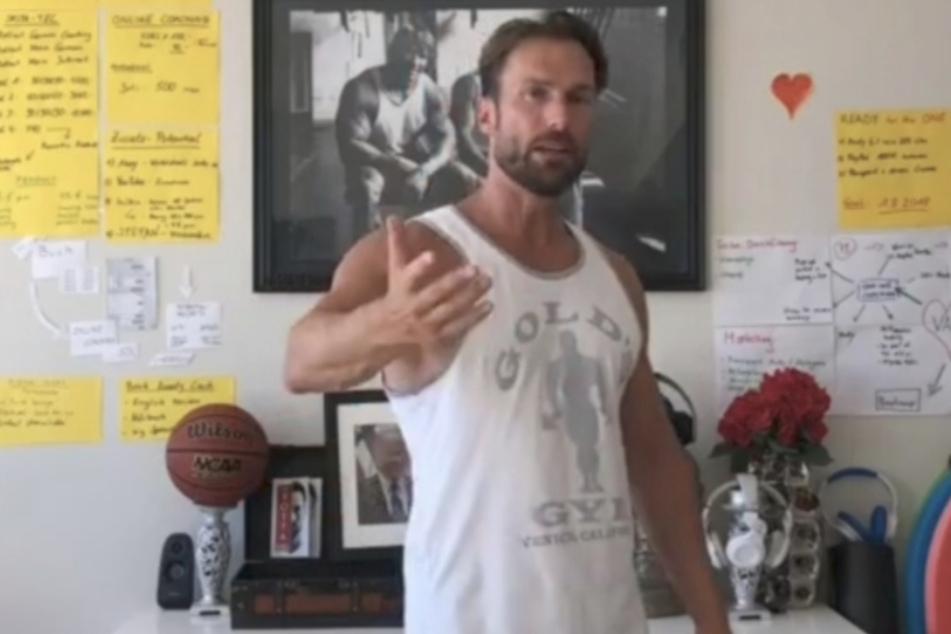 """In seinem """"Drei-Löcher""""-Video erklärt Bastian Yotta der Männerwelt, wie man Frauen zum Analsex """"überredet""""."""