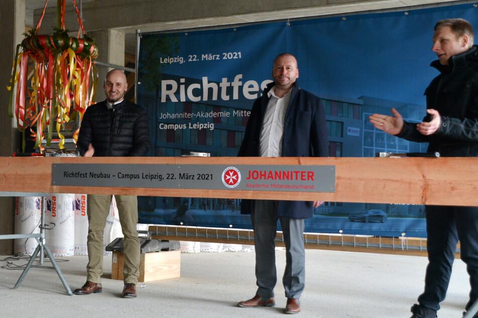 Oberbauleiter Philipp Werner, Akademieleiter Lars Menzel sowie der Geschäftsführer von basis/id, Jörg Wimmer (v.l.n.r.).