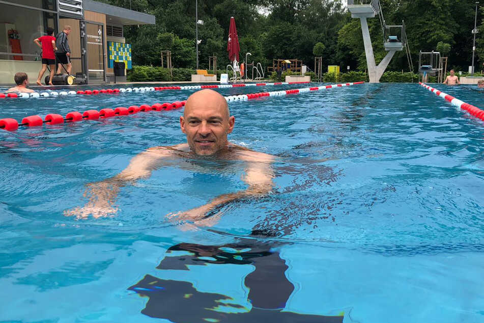 Trainer Alexander Schmidt (52) zieht im Wasser seine Bahnen.