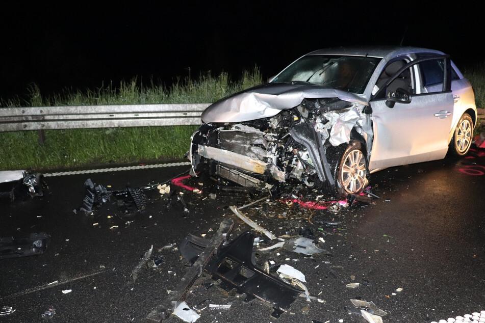 Schwerer Unfall mit vier Verletzten: 24-Jähriger rutscht auf nasser Straße in den Gegenverkehr