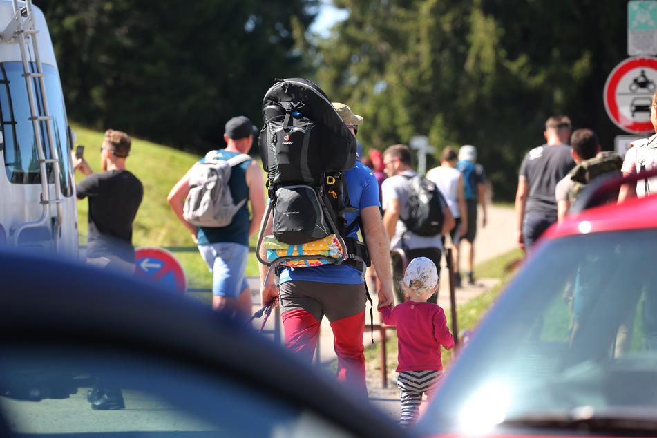 Ausflügler starten in den Allgäuer Alpen im strahlenden Sonnenschein zu einer Wanderung auf den Grünten.