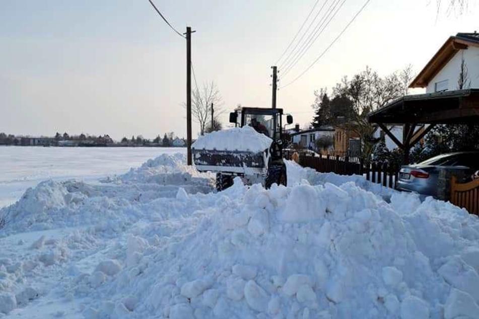 Ein Radlader schaffte den Schnee im Baalsdorfer Kirchweg weg.