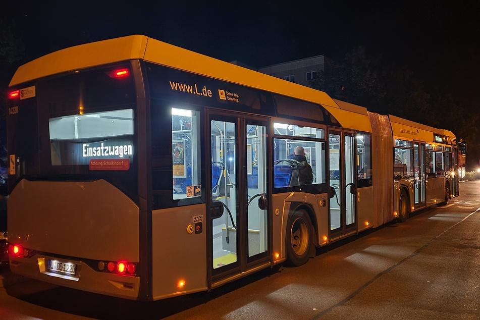 Die evakuierten Bewohner durften sich während der Lösch- und Lüftungsarbeiten in einem Bus aufhalten.