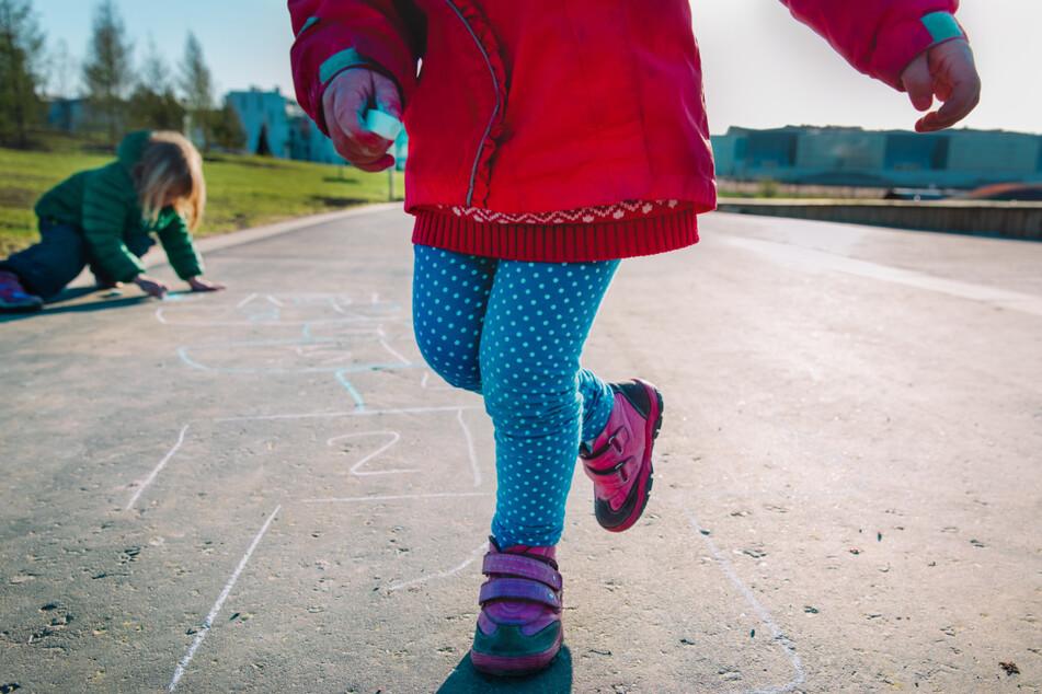 Mann soll Mädchen (4) auf Spielplatz missbraucht haben: Polizei sucht Zeugen