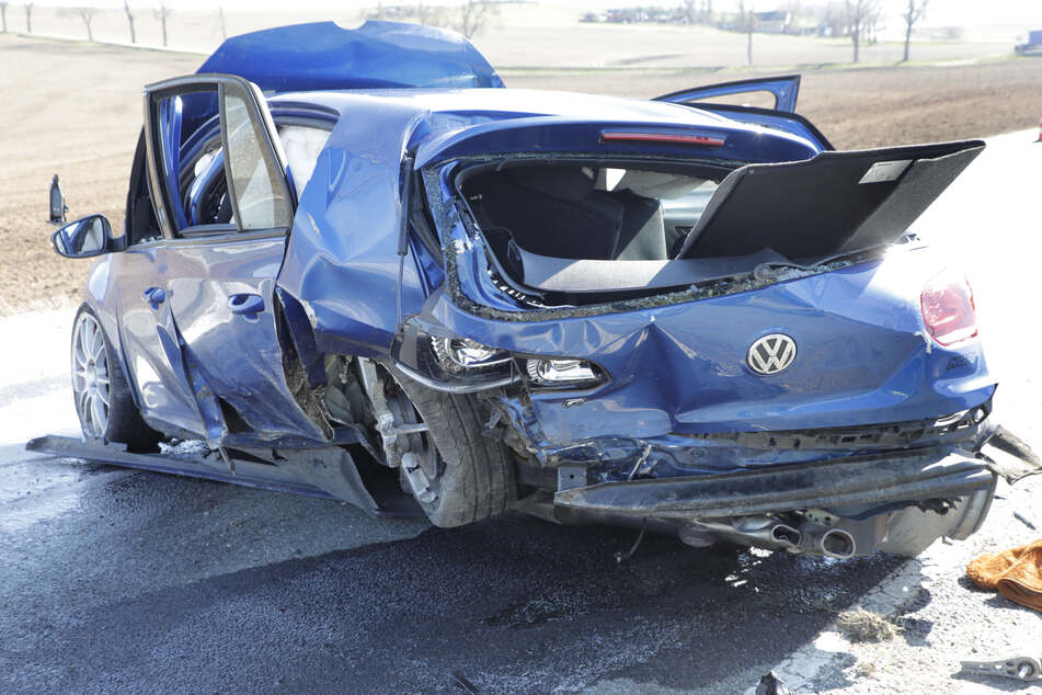 Ein getunter VW kam am Mittwoch von der B95 ab. Der Fahrer verletzte sich schwer.
