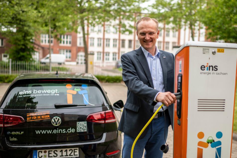 Eins-Energie-Geschäftsführer Roland Warner (56, gr.F.) tankt an einer der in Chemnitz meist verbauten Typ2-Ladesäulen mit einer maximalen Ladeleistung von 22 kW seinen eGolf auf.
