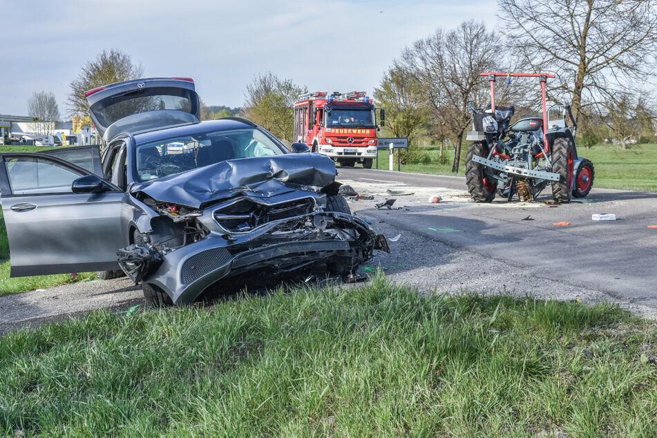 BMW und Mercedes-Benz überholen Traktor: Zwei Menschen sterben