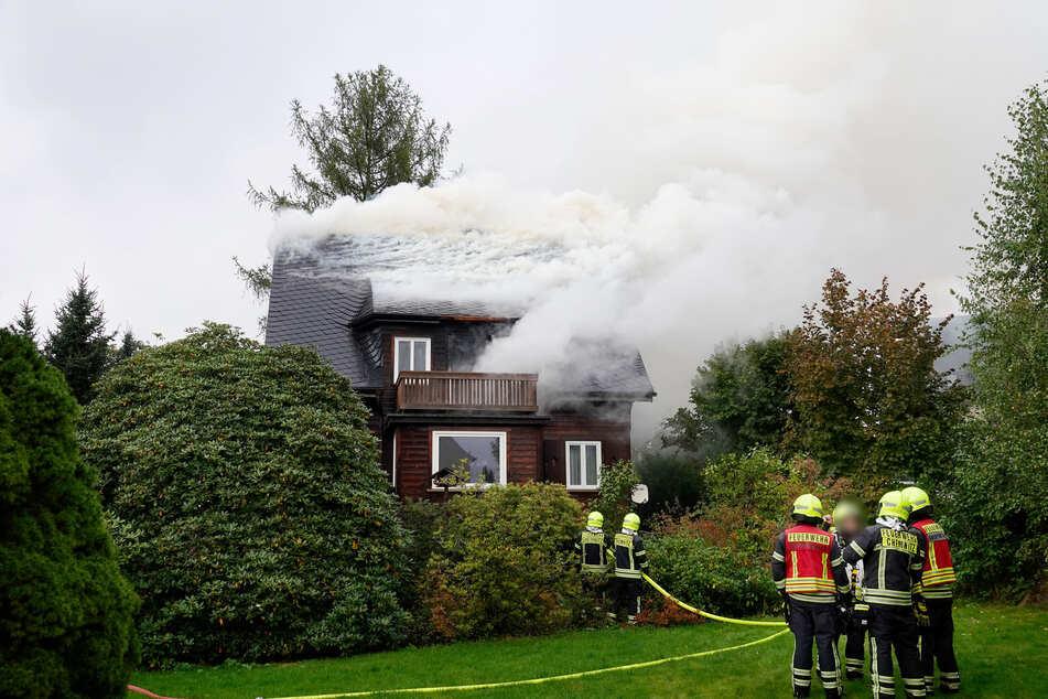 Am Montagnachmittag entfachte ein Feuer im Dachstuhl eines Einfamilienhauses. Die Polizei geht von einer Selbstentzündung aus.