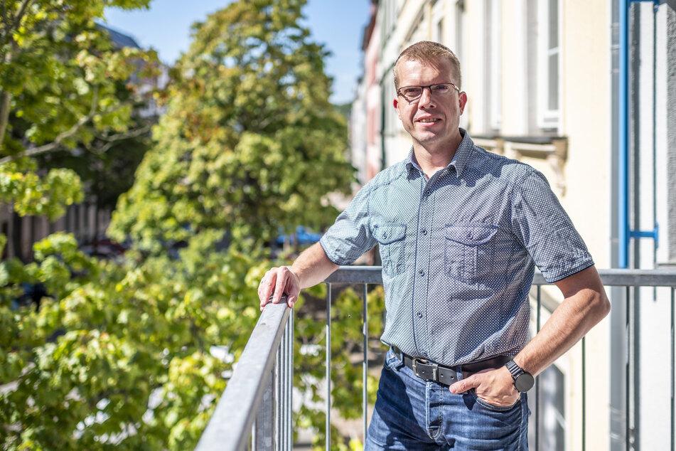 VdK-Geschäftsführer Ralph Beckert (43) fordert behindertengerechte Nachbesserungen bei der Neugestaltung des Bibliotheks-Vorplatzes.