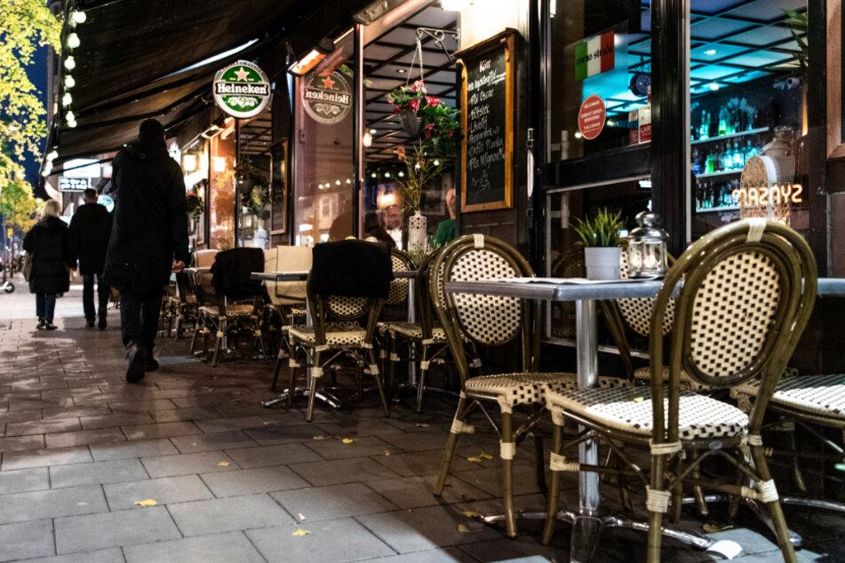 Stockholm: Menschen gehen an einem Restaurant vorbei.