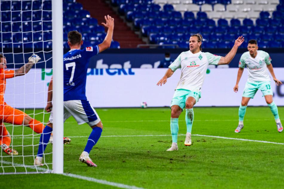 Niclas Füllkrug (2.v.r.) erzielte mit diesem Schuss das 1:0 für Werder Bremen.