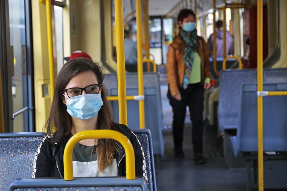 Nordrhein-Westfalen will bei Verstößen gegen die Maskenpflicht in Bussen, S-Bahnen oder Straßenbahnen künftig sofort ein Bußgeld von 150 Euro abkassieren.