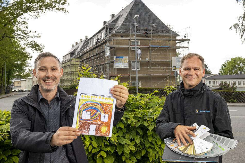 Thomas Schlichting (37,l.) von der Wohnungsbaugenossenschaft und Kay Leonhardt vom Baubetrieb Heinrich Schmid GmbH suchten die Fassadenfarben passend zum Bildmotiv aus.
