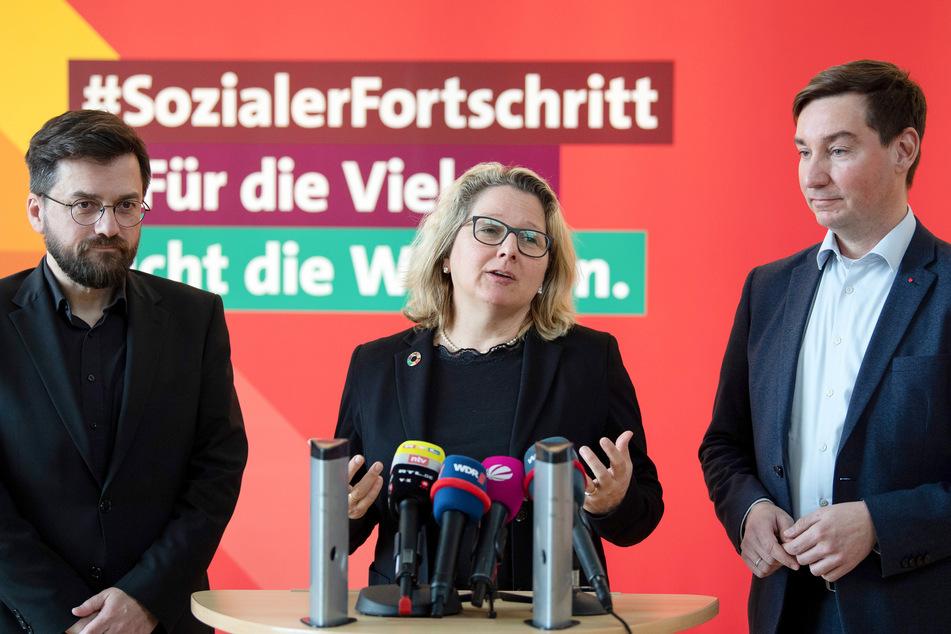 Bundesumweltministerin Svenja Schulze (52) mit dem SPD-Franktionsvorsitzenden Thomas Kutschaty (52, l) und dem SPD-Landesvorsitzenden Sebastian Hartmann (43).