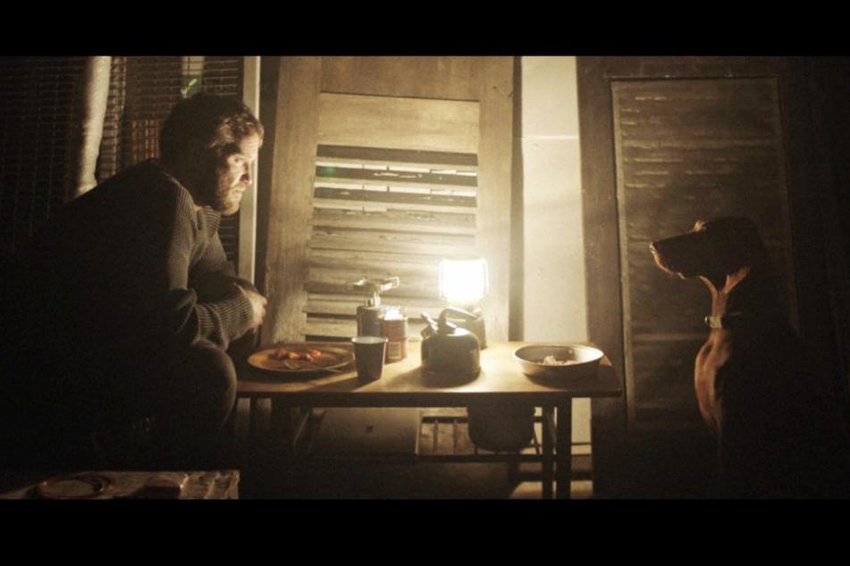 Daniel (Diarmaid Murtagh) und sein Hund Bruno wohnen zu Filmbeginn nahe den Bahngleisen in einem kargen Unterschlupf ohne fließend Wasser und Strom.