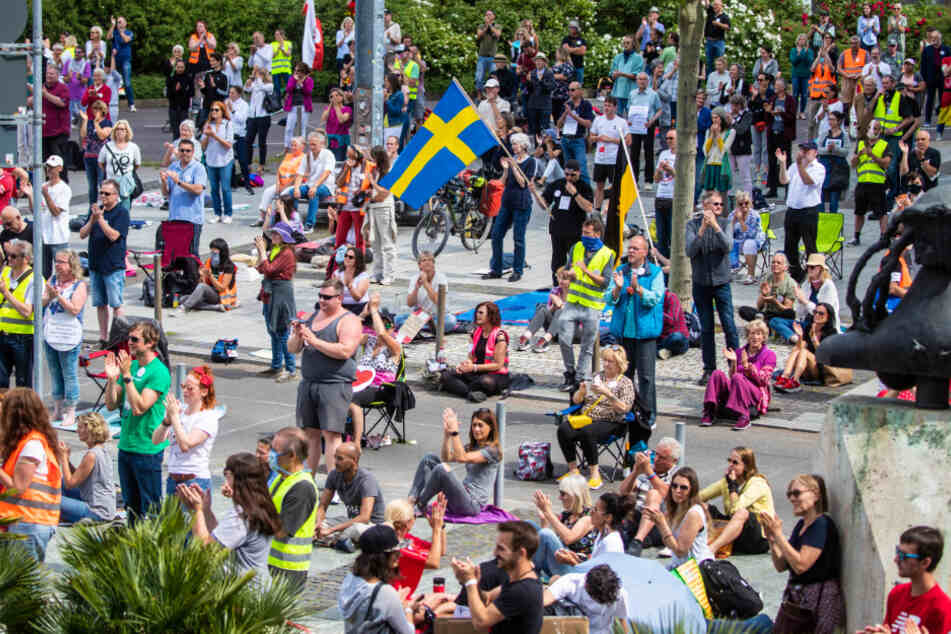 """Stuttgart: Zahlreiche Menschen nehmen an der Demonstration der Initiative """"Querdenken 711"""" teil. Die Demonstration in der Stuttgarter Innenstadt richtet sich gegen die Corona-Beschränkungen und für Grundrechte wie Versammlungsfreiheit und Glaubensfreiheit."""