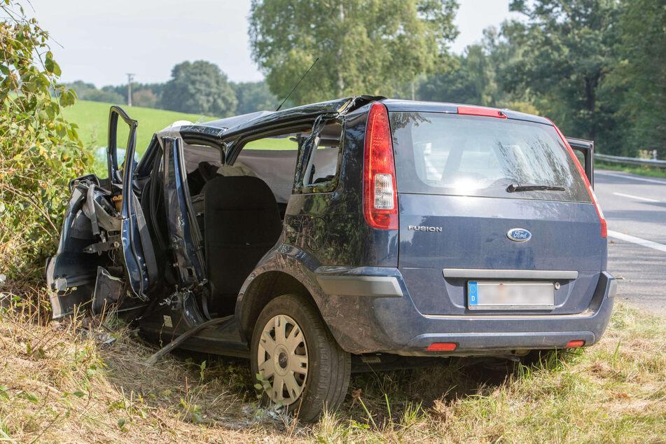 Die Autofahrerin (40) zog sich bei dem Crash schwere Verletzungen zu und kam ins Krankenhaus.