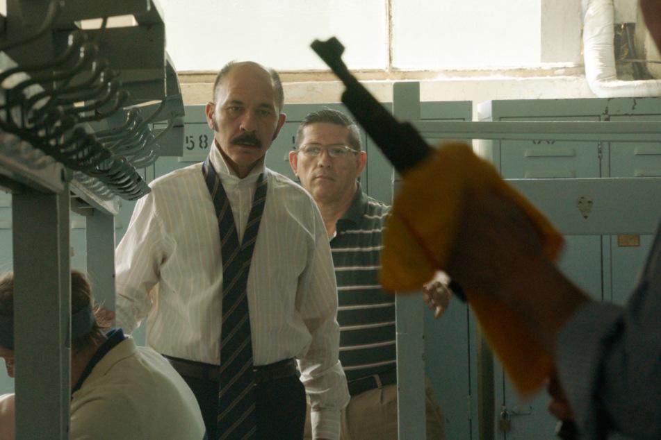 Claudio Mora (Dario Grandinetti, 2.v.l.) ist Rechtsanwalt und fällt eine Entscheidung, die sein Leben prägen wird.
