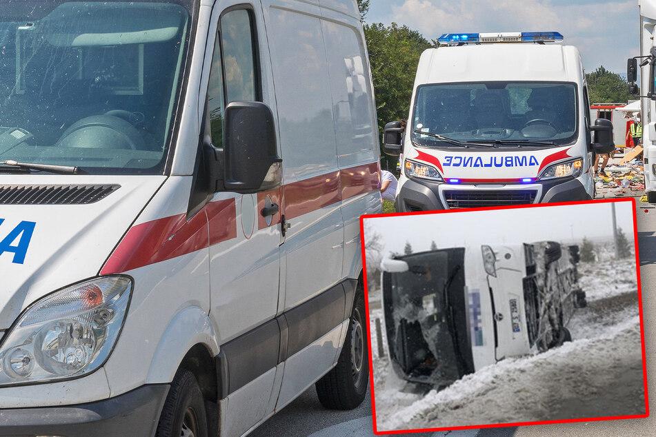 Eine Tote, 29 Verletzte: Reisebusse kippen auf vereister Fahrbahn um