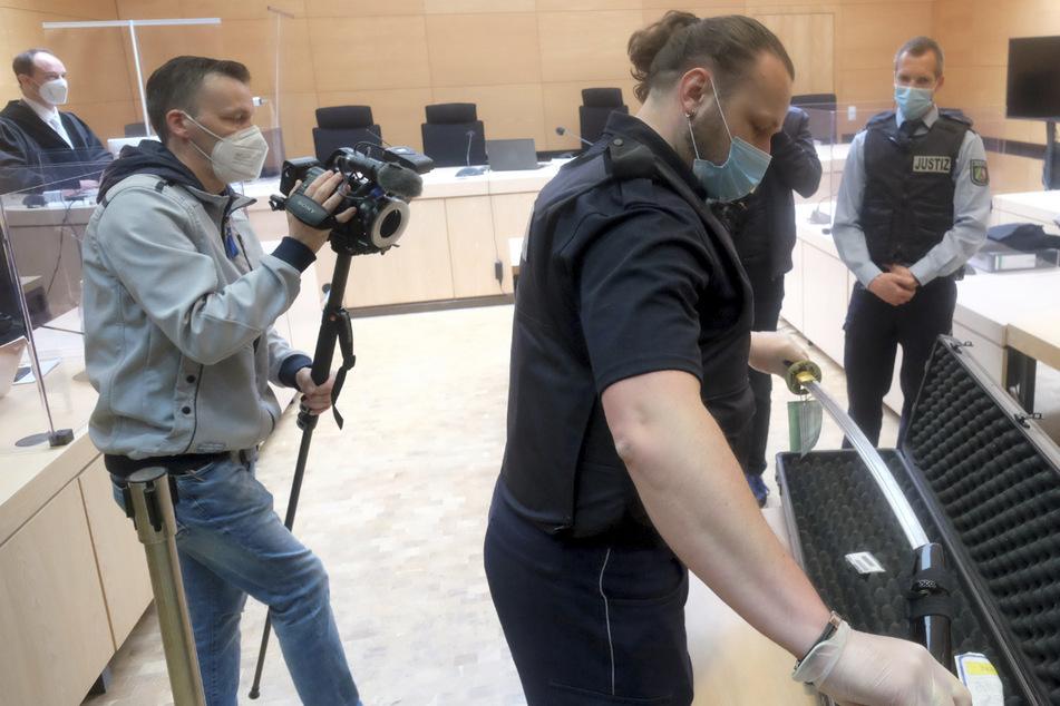 Freundin mit Samurai-Schwert getötet: Mann muss sechs Jahre in den Knast
