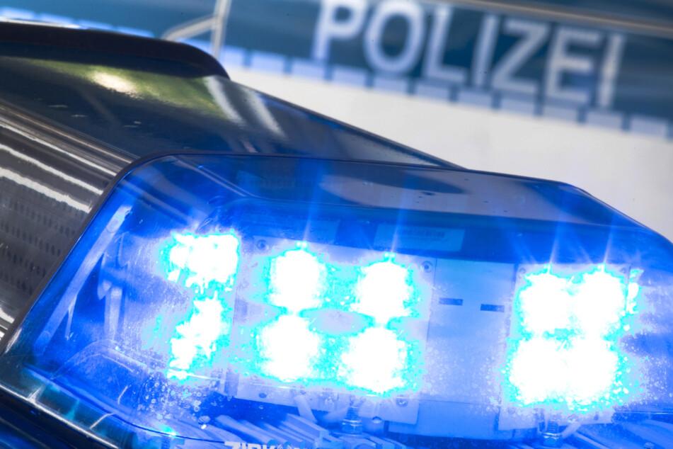 Mann geht mit Machete auf Beamte los, Polizei schießt