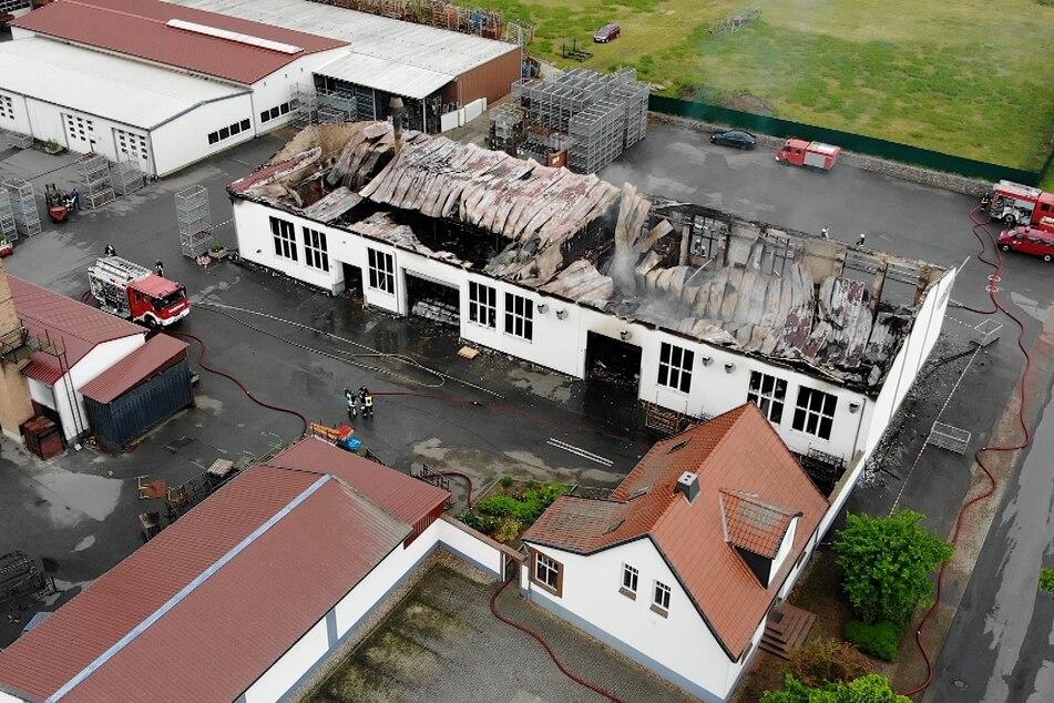 Fabrikhalle brennt bis auf Mauern nieder: 500.000 Schaden!