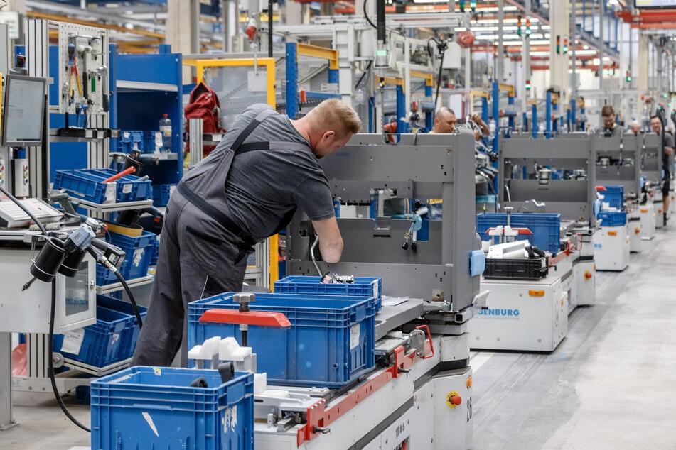 Mitarbeiter fertigen im Jungheinrich Werk Norderstedt Gabelstapler auf einer von fünf Produktionslinien. (Archivbild)
