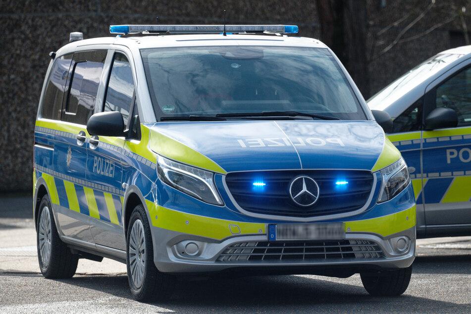 Mehrere Polizeiwagen hefteten sich am Ende an den Raser (Symbolbild).