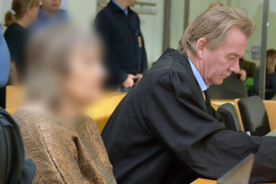 Die 73-jährige Angeklagte sitzt neben ihrem Anwalt Peter Hovestadt im Gerichtssaal im Hanauer Landgericht.