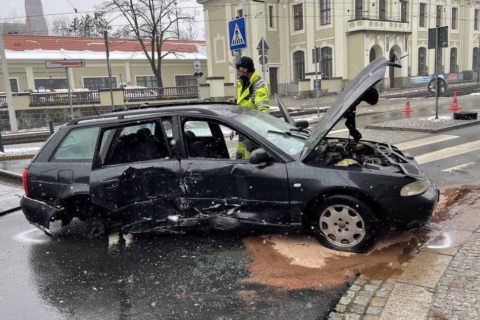 Ende einer Verfolgungsfahrt: Der Audi der Brüder wurde beim Crash mit dem Poller geschrottet.