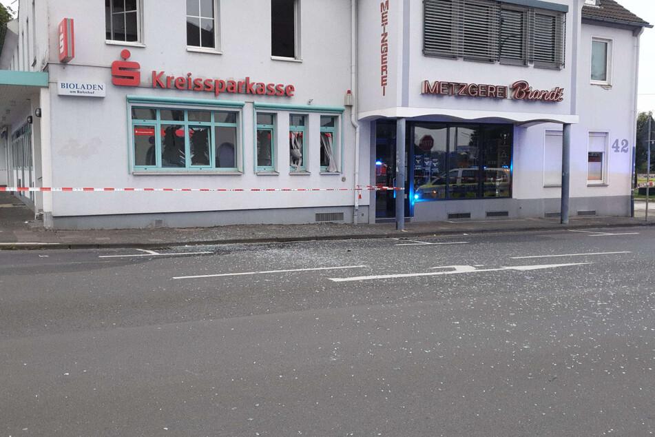 In Leichlingen (Rheinisch-Bergischer Kreis) haben Unbekannte in der Nacht zu Mittwoch einen Geldautomaten nahe dem Bahnhof gesprengt.