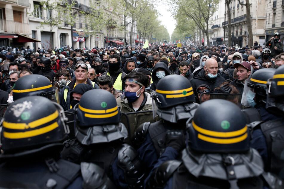 Paris: Bereitschaftspolizisten umzingeln Demonstranten während des Maiaufmarsches.