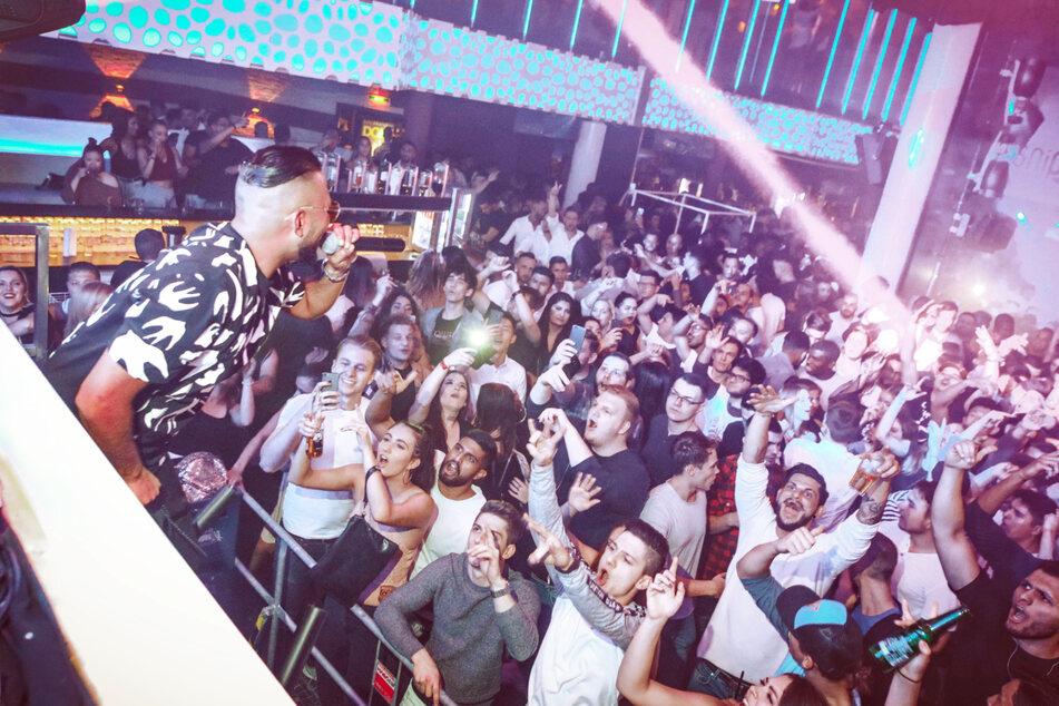 """Rapper Joshi Mizu bei einem Konzert im """"Prater Dome"""" in Wien."""