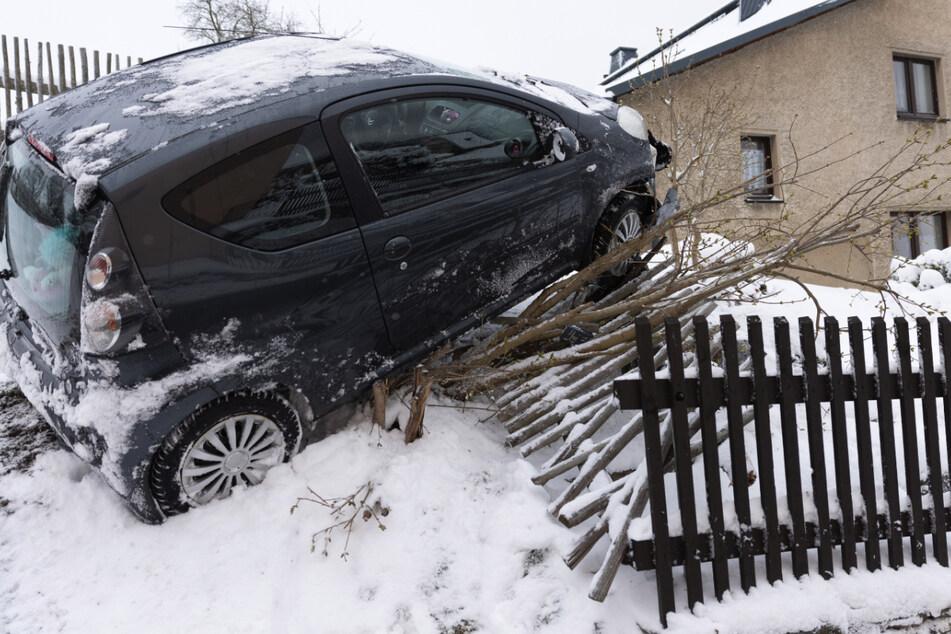 Chemnitz: Schnee-Chaos auf Sachsens Straßen: Citroen landet in Grundstück