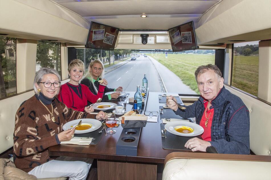 """Das Probemenü ließ sich Linda Feller (54, 2.v.l.) mit Familie Müller-Milano im """"Gourmetliner"""" schmecken - das Circus-Zelt samt Küche wird erst in ein paar Wochen aufgebaut."""
